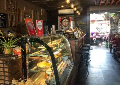 Auswahltheke im Fahtara Café